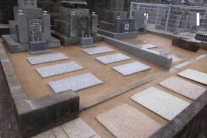他の墓所にあったお墓2基をこちらの墓所に移設し3基を均等間隔に建て替えました。土間部分は草が生えないよう固まる土、ガンコマサ仕上げにしています。