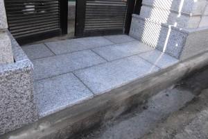 住宅玄関石貼り工事の写真です。板石表面はバーナー仕上げなので雨の日も足元が汚れず快適です。