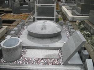 香川県丸亀市沖に浮かぶ広島特産の青木石を使ったオリジナルデザイン墓石です。