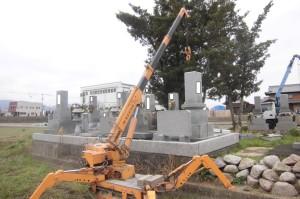 三木町内にて傾いた墓石の修復作業に来ています。